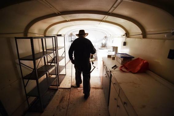 hombre que construyo bunker nuclear en canada 4