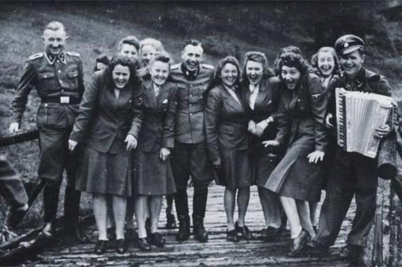 escuela de novias nazis 1