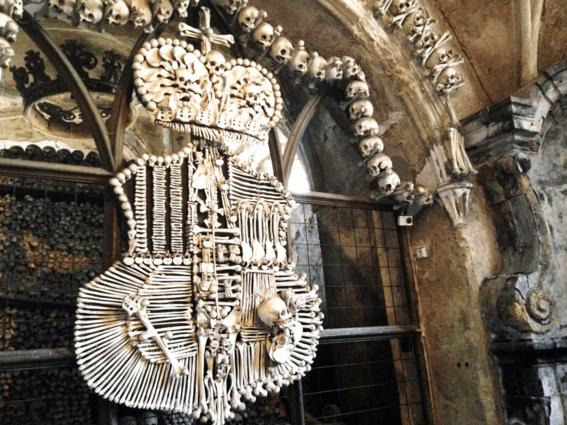iglesias decoradas con huesos humanos 2