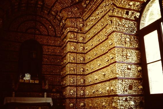 iglesias decoradas con huesos humanos 3