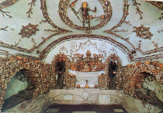 iglesias decoradas con huesos humanos 4