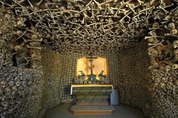 iglesias decoradas con huesos humanos 5