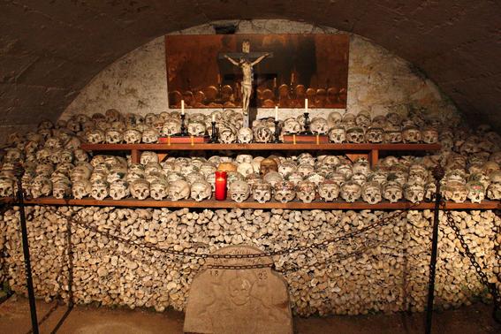 iglesias decoradas con huesos humanos 6