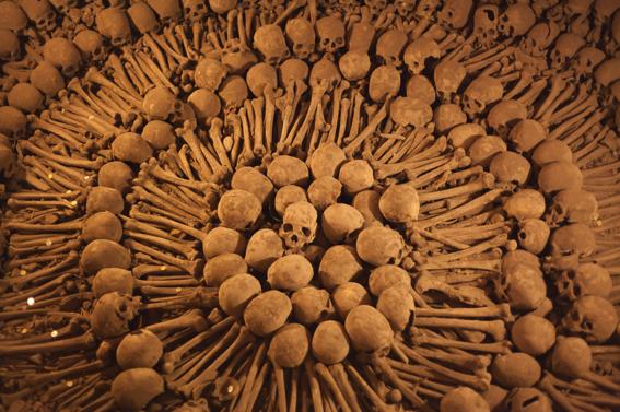iglesias decoradas con huesos humanos 7