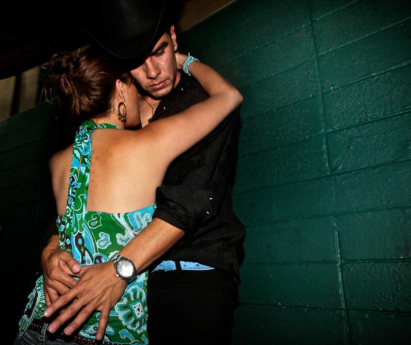 12  fotografías para entender la realidad que se vive en un baile grupero 2