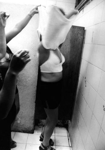 14 fotografías de ficheras: el amor que se vende en la oscuridad 5