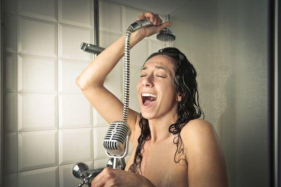 beneficios de cantar en la ducha 1