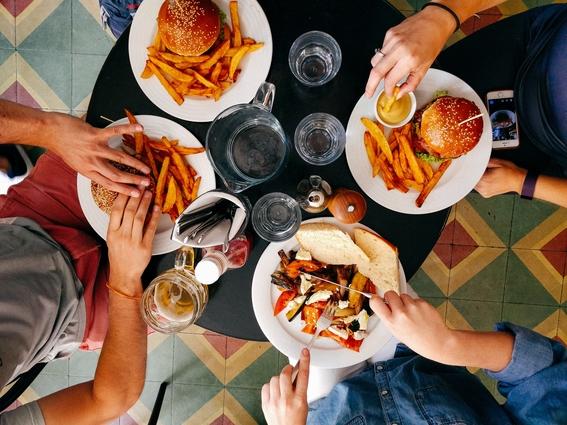 mujeres con novios feos comen mas comida chatarra 4