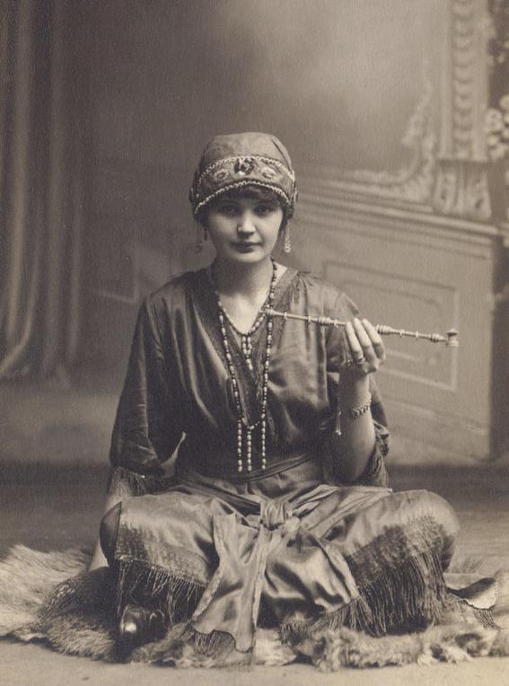 fotografias historicas de mujeres fumadoras de opio 3