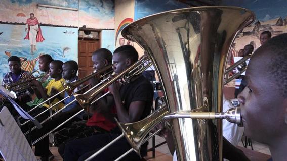 ensenan musica a ninos pobres de kenia 3