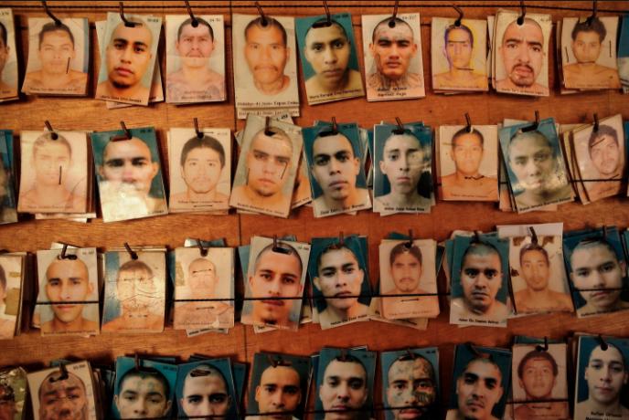 Cómo se vive adentro de una prisión entre tortura y maras en 24 fotografías de Meredith Kohut 5
