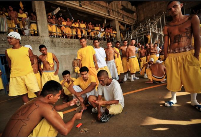 Cómo se vive adentro de una prisión entre tortura y maras en 24 fotografías de Meredith Kohut 7