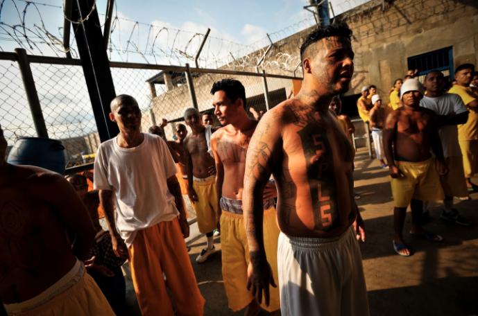 Cómo se vive adentro de una prisión entre tortura y maras en 24 fotografías de Meredith Kohut 9