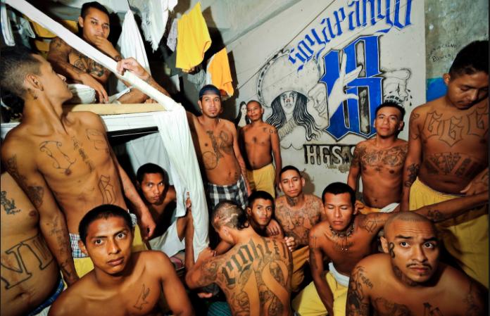 Cómo se vive adentro de una prisión entre tortura y maras en 24 fotografías de Meredith Kohut 11