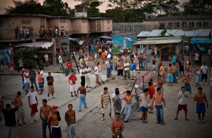 Cómo se vive adentro de una prisión entre tortura y maras en 24 fotografías de Meredith Kohut 13