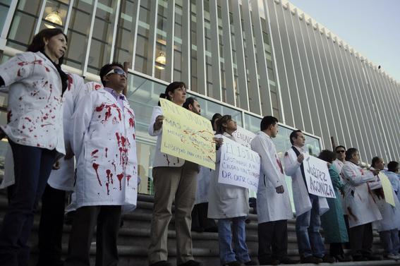 narcotraficantes asesinan a doctores en mexico 6