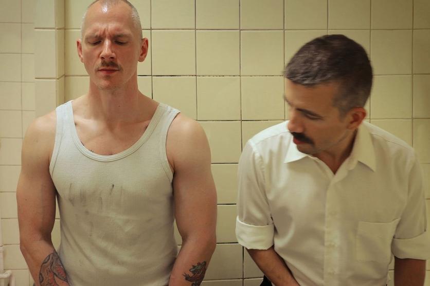 Encuentros sexuales en un baño público en 13 fotografías 10