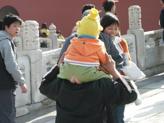 pantalones con el trasero descubierto en china 2