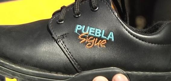 zapatos con logo de gobierno estatal en puebla 1