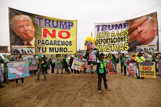 mexicanos se burlan de trump durante visita al muro 2