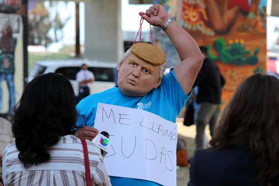 mexicanos se burlan de trump durante visita al muro 3