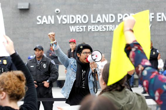 mexicanos se burlan de trump durante visita al muro 5