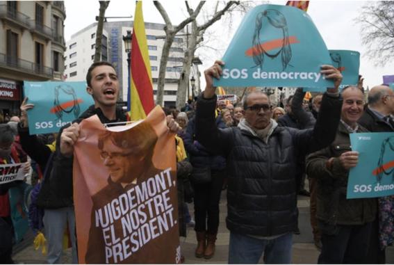 detienen a puigdemont y catalanes protesta 2
