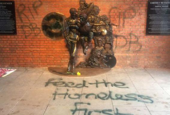 Vandalizan escultura de David Bowie 1