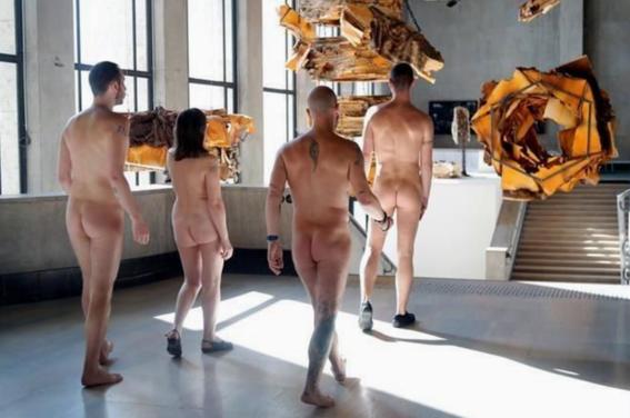 recorrido nudista en museo 7
