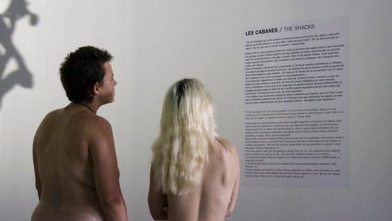 recorrido nudista en museo 10