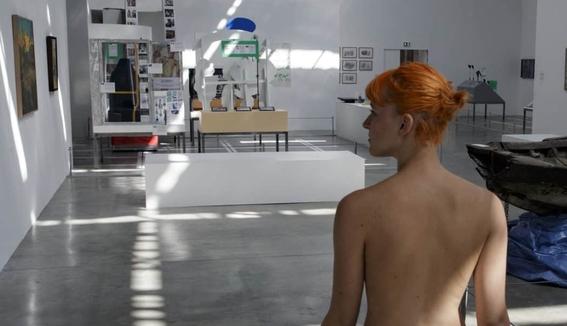 recorrido nudista en museo 12
