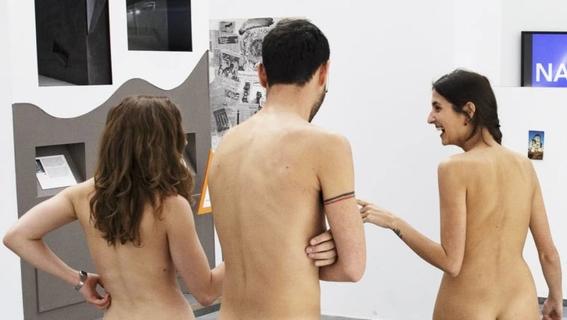 recorrido nudista en museo 13