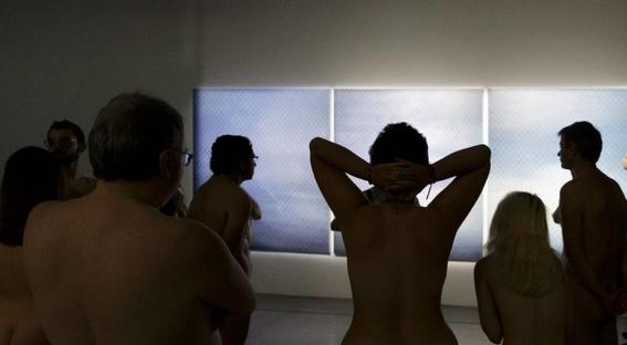 recorrido nudista en museo 15