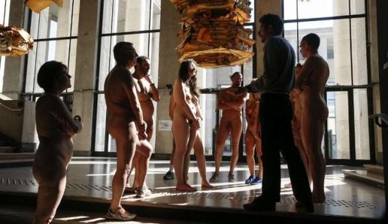 recorrido nudista en museo 16