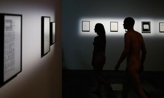 recorrido nudista en museo 2