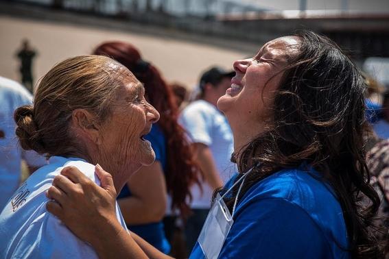 familias separadas por el muro logran abrazarse en la frontera 1