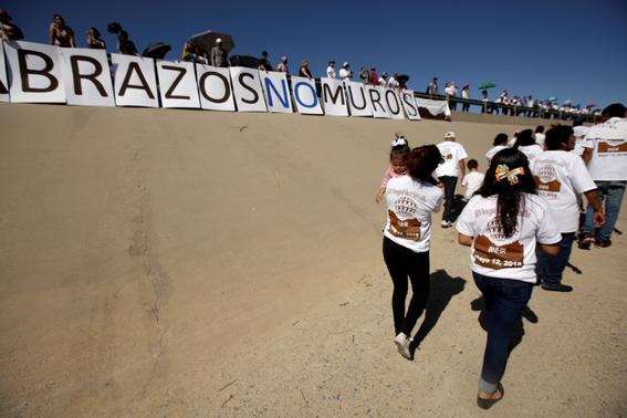 familias separadas por el muro logran abrazarse en la frontera 4