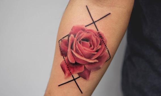 tatuajes de tinta roja para hombres 8