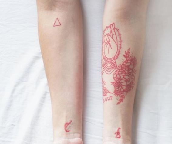 tatuajes de tinta roja para hombres 7