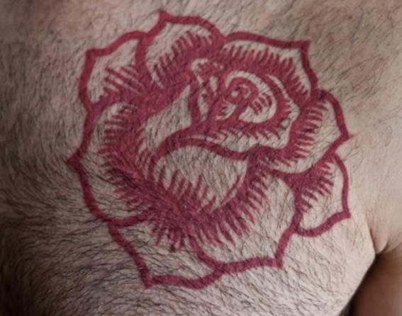 tatuajes de tinta roja para hombres 2