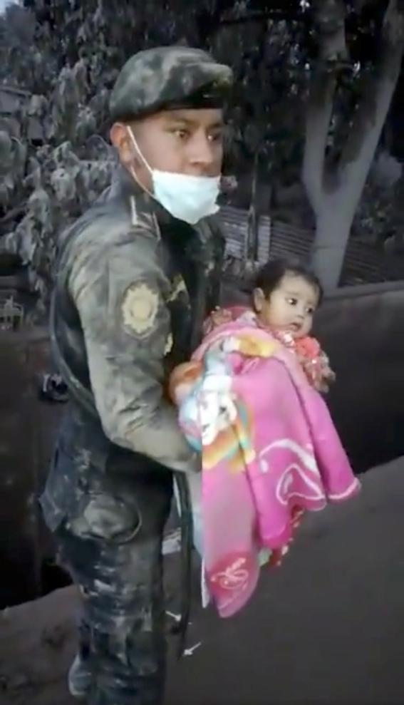 rescatan a bebe entre cenizas del volcan en guatemala 1