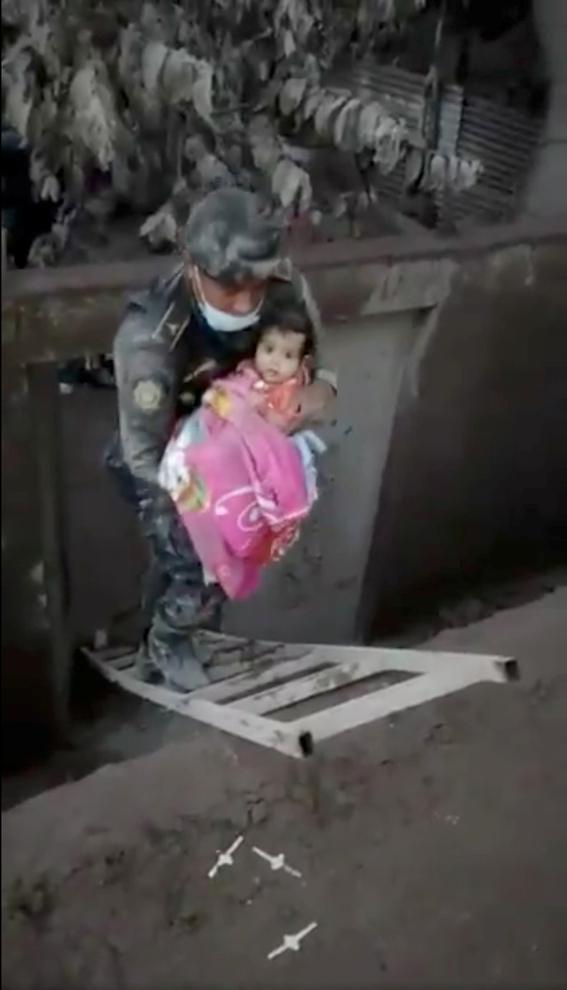 rescatan a bebe entre cenizas del volcan en guatemala 2