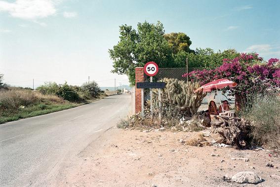 fotografias de txema salvans sobre como se venden las trabajadoras sexuales en las carreteras 4