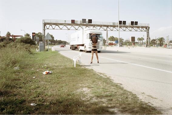 fotografias de txema salvans sobre como se venden las trabajadoras sexuales en las carreteras 13