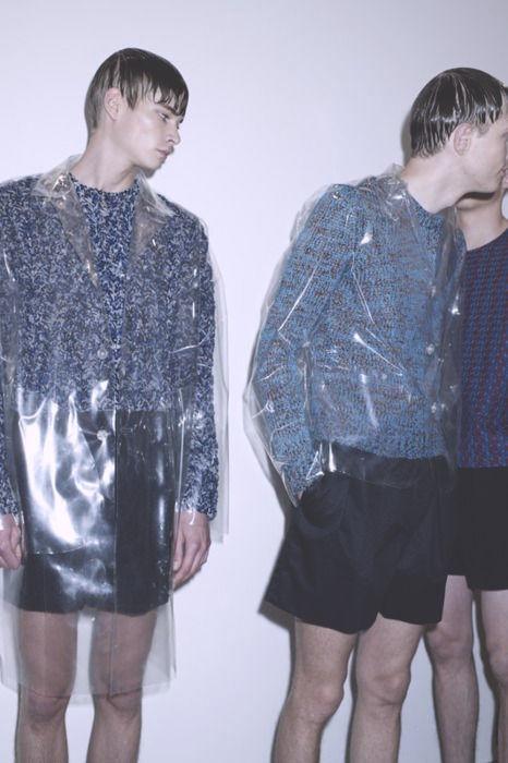 consejos de moda para hombres que quieren usar un impermeable y no saben como combinarlo 1