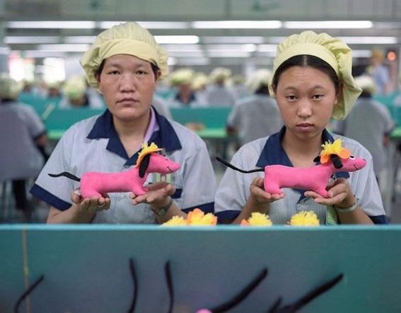 fotografias michael wolf que demuestran la esclavitud china en las fabricas de juguetes 1