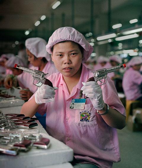 fotografias michael wolf que demuestran la esclavitud china en las fabricas de juguetes 2
