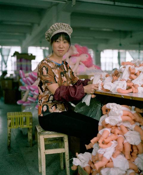 fotografias michael wolf que demuestran la esclavitud china en las fabricas de juguetes 9