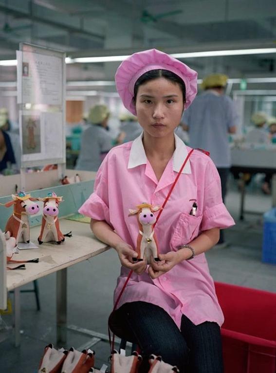 fotografias michael wolf que demuestran la esclavitud china en las fabricas de juguetes 10