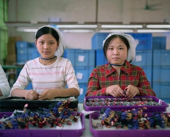 fotografias michael wolf que demuestran la esclavitud china en las fabricas de juguetes 11